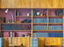Классические книжные полки с антиквариатами на дисплее стоковые фото