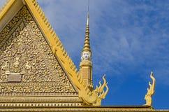 Классические крыши кхмера и богато украшенное золочение трона Hall королевского дворца стоковые фото