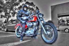 Классические мотоцикл и всадник Harley Davidson американца на черно-белой предпосылке Стоковое Фото