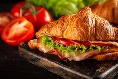 Классические сандвичи круассана BLT стоковые фото