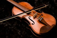 Классические скрипка и смычок на темной предпосылке стоковое фото rf