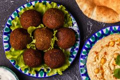 Классические falafel и hummus на плитах стоковые изображения rf