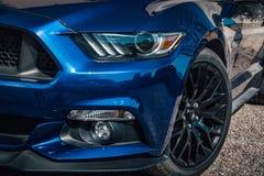 Классический американский автомобиль спорт в металлическом голубом цвете Стоковая Фотография