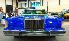 Классический американский голубой автомобиль, 70s Закройте вверх по взгляду фронта Стоковое Изображение