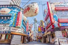 Классический взгляд улицы Shinsekai и Tsutenkaku возвышаются Стоковые Изображения