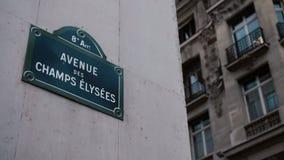 Классический знак улицы бульвара Champs-Elysees или Elysian полей расположенных на доме в Париже Франция Снятый с параллаксом акции видеоматериалы