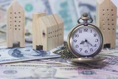 Классический карманный вахта и домашняя модель на банкноте доллара Стоковая Фотография