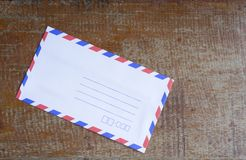 Классический конверт в деревянном столе стоковые фотографии rf