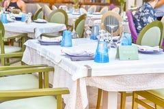 Классический критский ресторан в Chania с плитой запаса на таблице стоковые изображения