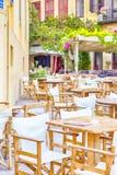 Классический критский ресторан на одной из улиц Chania с очень немного людей стоковые фото