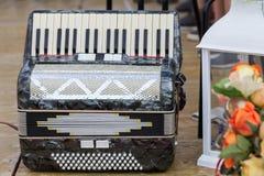Классический музыкальный инструмент аккордеон в черном цвете на сцене стоковая фотография rf