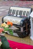 Классический музыкальный инструмент аккордеон в черном цвете на сцене, вертикальный стоковые изображения rf