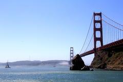 Классический панорамный взгляд известного моста золотого строба в лете, Сан-Франциско, Калифорнии, США Стоковые Фото