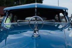 Классический старый голубой конец автомобиля вверх стоковое фото rf