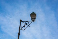 Классический уличный фонарь в голубом небе стоковые фотографии rf