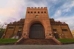 Классический широкоформатный вид спереди старого золотые ворота Киева Известное touristic назначение места и перемещения стоковая фотография rf