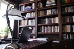 Классический шкаф стиля с большой библиотекой стоковое изображение