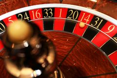 Классическое колесо рулетки казино с шариком стоковое фото rf