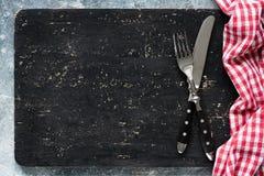 Классн классный или черные разделочная доска и столовый прибор, предпосылка еды стоковые изображения rf