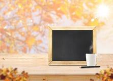 Классн классный на деревянных таблице и кофейной чашке с острословием кленового листа нерезкости Стоковая Фотография