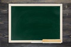 Классн классный с деревянной рамкой, классн классный на старой деревянной предпосылке для концепции образования Стоковая Фотография RF