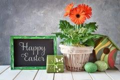 Классн классный с украшениями весны: оранжевые gerberas, лилия  Стоковая Фотография