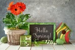 Классн классный с украшениями весны: оранжевые gerberas, лилия  Стоковые Фотографии RF