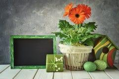 Классн классный с украшениями весны: оранжевые gerberas, лилия  Стоковые Изображения