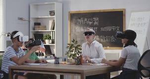 Класс используя шлемофоны VR видеоматериал