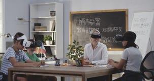 Класс используя шлемофоны VR сток-видео