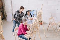 Класс преподавательства учителя рисования стоковые фото