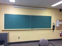 Класс университета с пустой доской мела это старый класс как большинств технология пользы теперь Стоковые Изображения RF