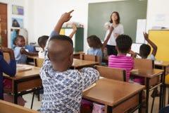 Класс учителя и начальной школы, передний план в фокусе Стоковые Изображения RF