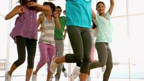 Класс фитнеса сидя на корточках на шариках bosu сток-видео
