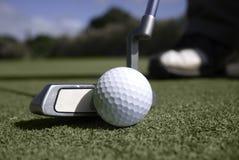 класть близкого игрока в гольф зеленый вверх Стоковые Фотографии RF