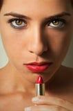 класть губной помады девушки Стоковые Фотографии RF
