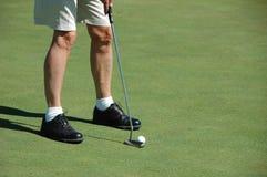 класть зеленого цвета игрока в гольф Стоковые Фотографии RF
