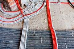 Класть кабелей электричества, сети, топление Рифленые линии на бетоне стоковые изображения