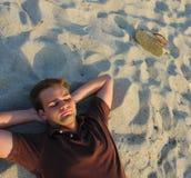 класть песок человека стоковые фотографии rf