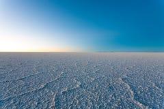 01 06 2000 класть слоя озера Боливии de расстояния женских уединённых над водой uyuni путника соли salar тонко гуляя Стоковое Изображение RF