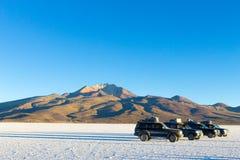 01 06 2000 класть слоя озера Боливии de расстояния женских уединённых над водой uyuni путника соли salar тонко гуляя Стоковые Фотографии RF