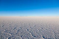01 06 2000 класть слоя озера Боливии de расстояния женских уединённых над водой uyuni путника соли salar тонко гуляя Стоковое Фото