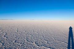 01 06 2000 класть слоя озера Боливии de расстояния женских уединённых над водой uyuni путника соли salar тонко гуляя Стоковая Фотография RF