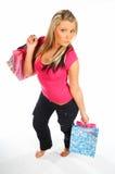 кладет белокурую женщину в мешки покупкы Стоковое Фото