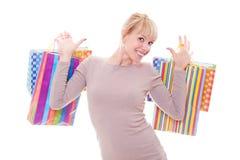 кладет белокурую счастливую покупку в мешки Стоковые Фото