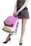 кладет женскую покупку в мешки персоны удерживания непознаваемую Стоковое фото RF