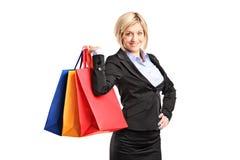 кладет женскую счастливую покупку в мешки удерживания Стоковая Фотография