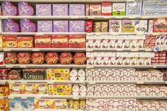 кладет конфету в коробку Стоковая Фотография