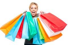 кладет красивейших excited детенышей в мешки женщины покупкы Стоковые Изображения