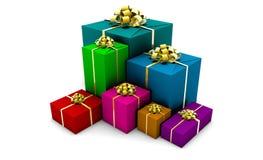 кладет обернутый подарок в коробку Стоковые Фото